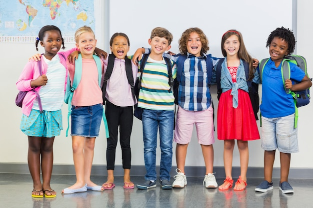 教室で腕を組んで立っている子供たちの笑顔 Premium写真