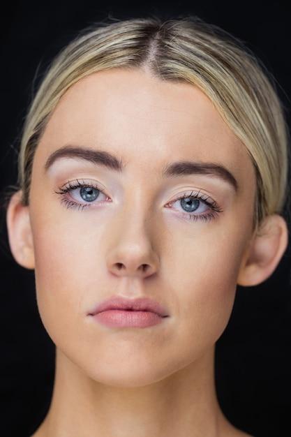 ポーズの女性の肖像画 Premium写真