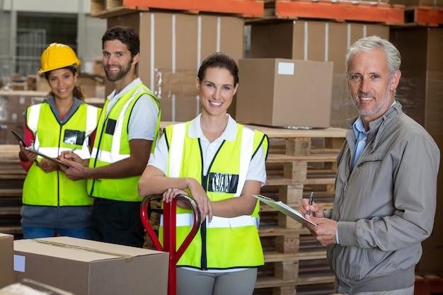 Портрет рабочих и менеджера улыбаются и позируют лицом к камере Premium Фотографии