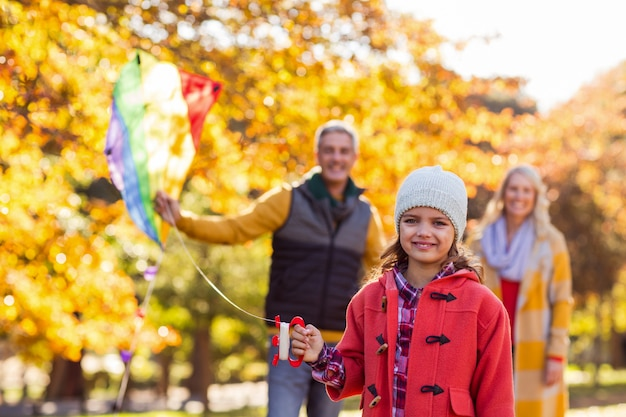 Веселая девушка играет с кайтом в парке Premium Фотографии