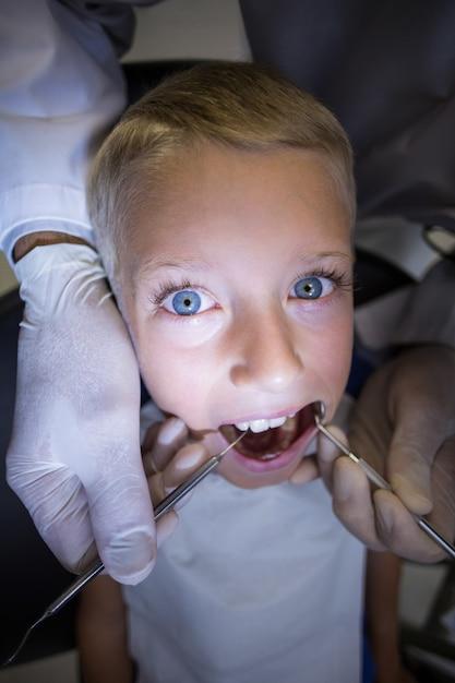 歯科医がツールで若い患者を調べる Premium写真