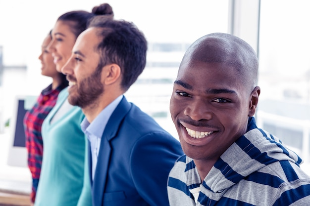 クリエイティブ・オフィスに立っている同僚と幸せなビジネスマンの肖像画 Premium写真