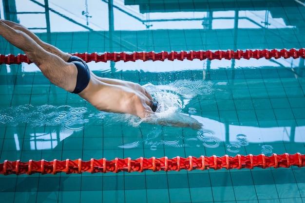 フィット男のプールでのダイビング Premium写真