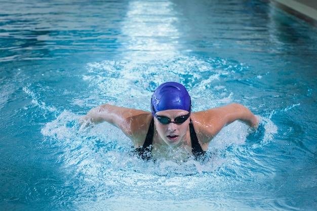 プールで泳いでいる女性に合う Premium写真