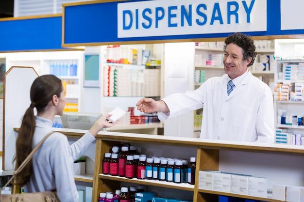 薬剤師が薬箱を顧客に与える Premium写真