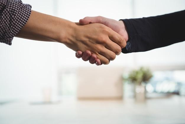 お互いに握手する企業幹部 無料写真