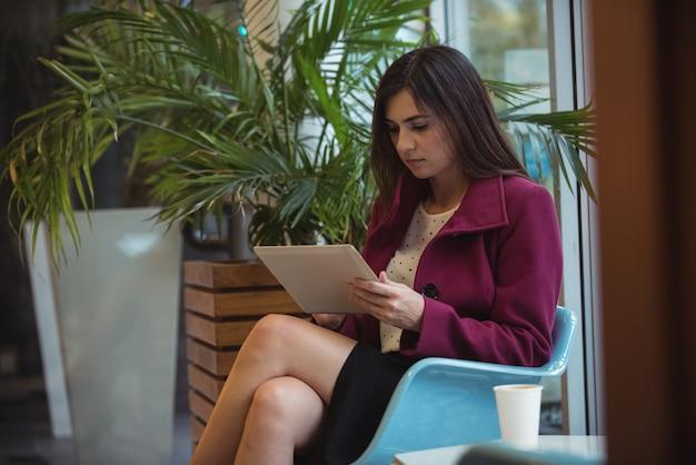 カフェでデジタルタブレットを使用して実業家 無料写真