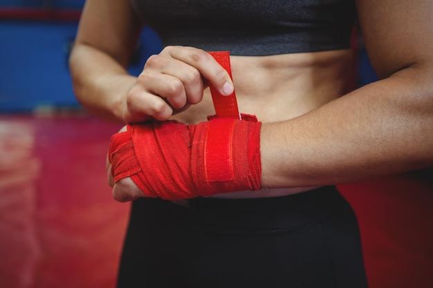 手首に赤いストラップを身に着けている女性ボクサー 無料写真