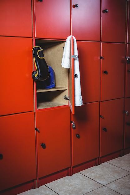 Боксерские перчатки и полотенце в раздевалке Бесплатные Фотографии