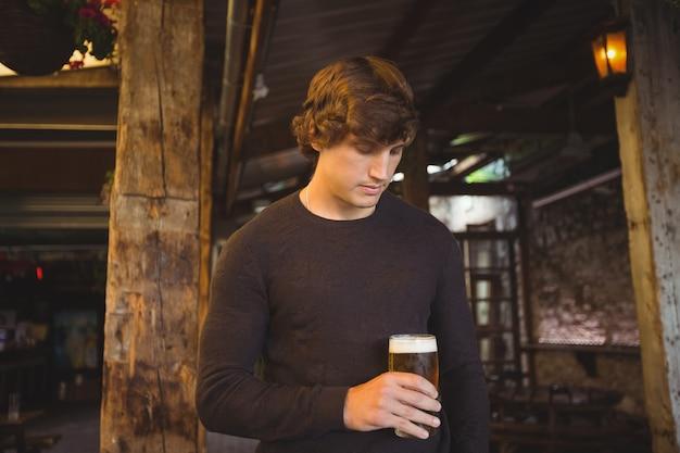 Мужчина держит стакан пива Бесплатные Фотографии