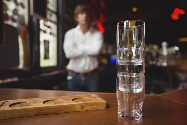 Пустой стопка пивной стакан и поднос на барной стойке Бесплатные Фотографии