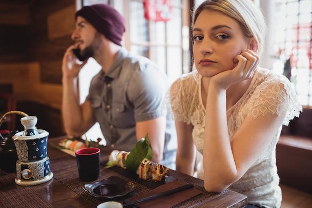 電話で話しながら女性を無視する男 無料写真