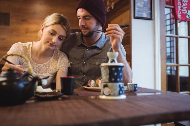 寿司を食べながらロマンシングのカップル 無料写真