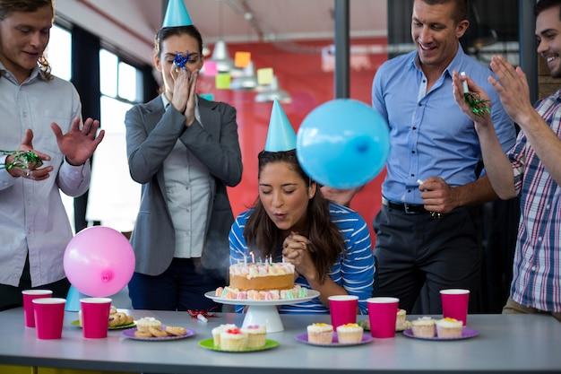 同僚の誕生日を祝っているビジネスマン Premium写真