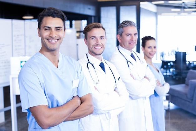 一緒に立っていると病院で笑顔の医療チームの肖像画 Premium写真