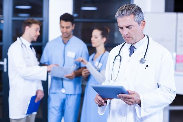 タブレットを使用して医師と議論する同僚 Premium写真