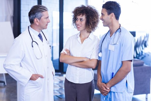 医者が病院で同僚と話し合う Premium写真