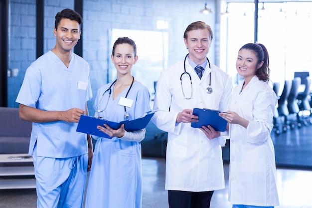 医療報告書を見て、笑顔の医師の肖像画 Premium写真