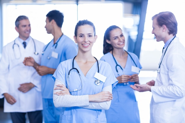 女性医師の前に立って、彼女の同僚が議論しながら笑顔 Premium写真