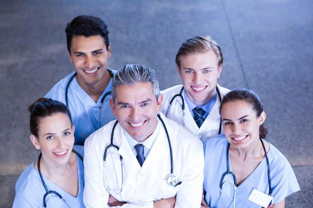 腕を組んで病院で立っている医療チームの肖像画 Premium写真