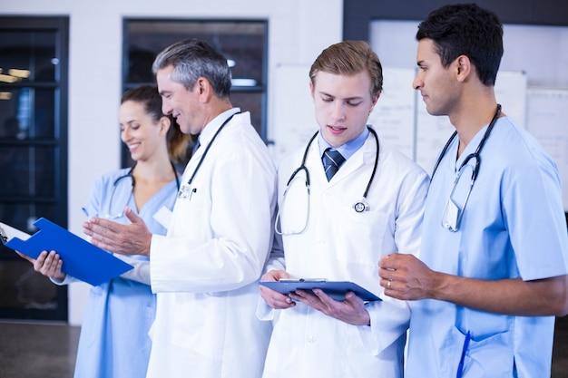 医療報告書を病院で一緒に議論する医療チーム Premium写真