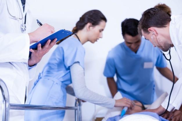 クリップボードに書き込む医師や病院で患者を調べる他の医師 Premium写真