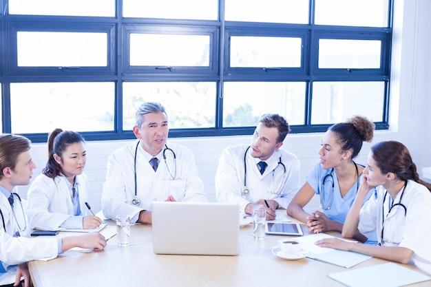 会議室での会議で議論する医療チーム Premium写真