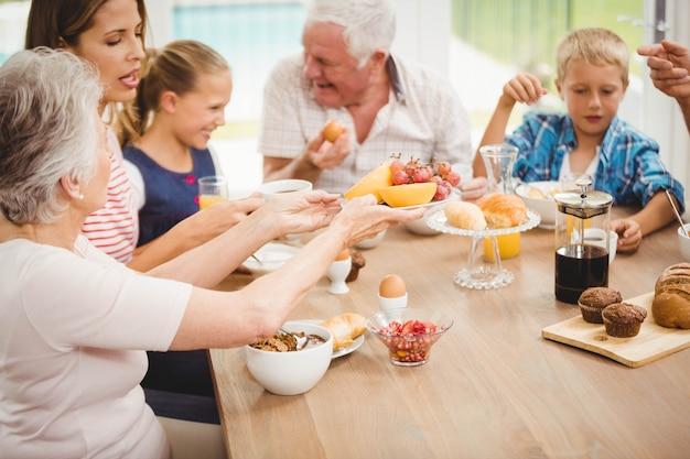 Семья завтракает вместе дома Premium Фотографии