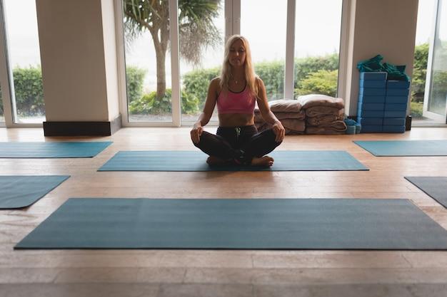 瞑想運動をしている女性 無料写真