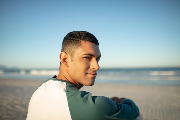 Человек отдыхает на пляже Бесплатные Фотографии