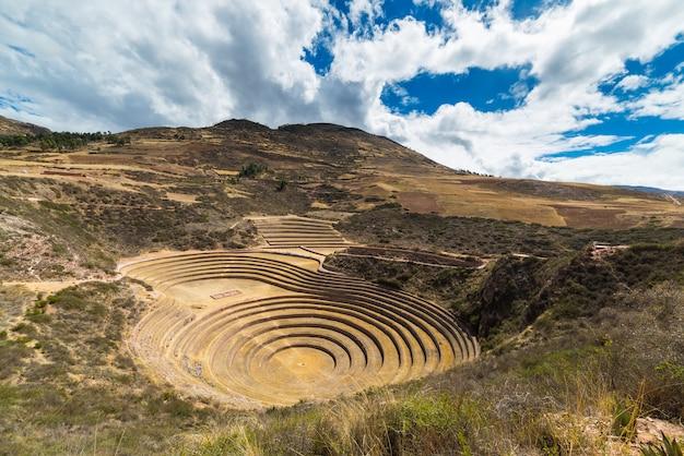 クスコ地方とペルーのセイクリッドバレーの旅行先であるモライの遺跡。雄大な同心円状の段丘、インカの食糧農業研究所と思われます。 Premium写真