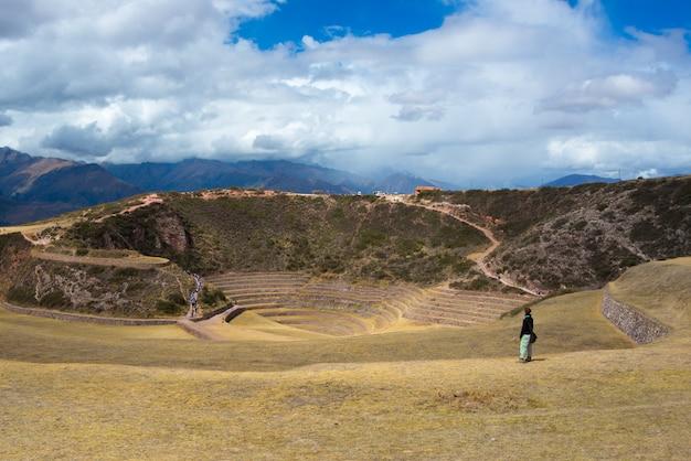 モレイの遺跡、クスコ地域の旅行先、ペルーのセイクリッドバレーを探索する観光客。雄大な同心円状の段丘、インカの食糧農業研究所と思われます。 Premium写真