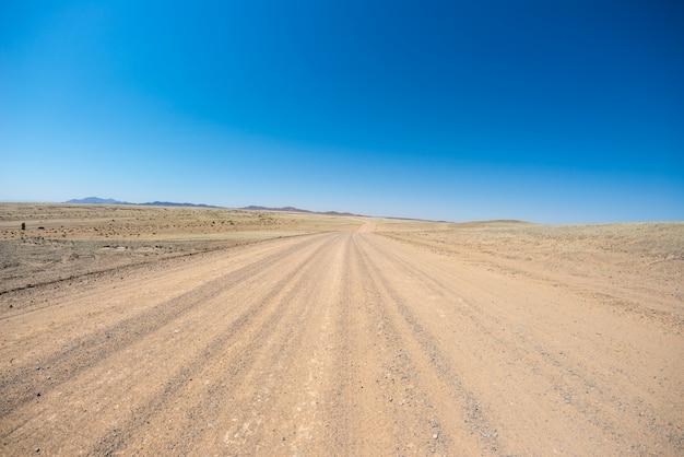 ナミブ砂漠、ナミブナウクルフト国立公園、ナミビアの旅行先での道路旅行。 Premium写真