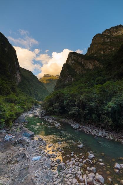 ウルバンバ川とマチュピチュへの鉄道 Premium写真