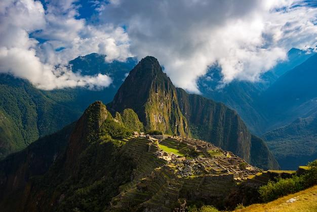 Мачу-пикчу освещается солнечными лучами в перу Premium Фотографии
