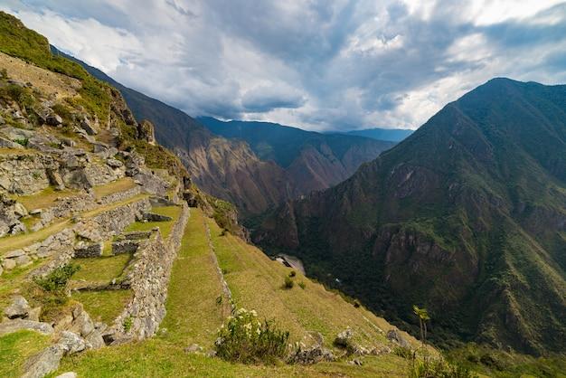 マチュピチュの段丘の上からウルバンバ渓谷までの急な景色 Premium写真