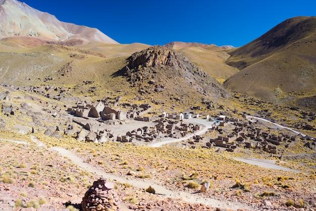 有名なウユニ塩原に向かう途中のアンデス山脈の高地にある標高の高い不毛の山脈。 Premium写真
