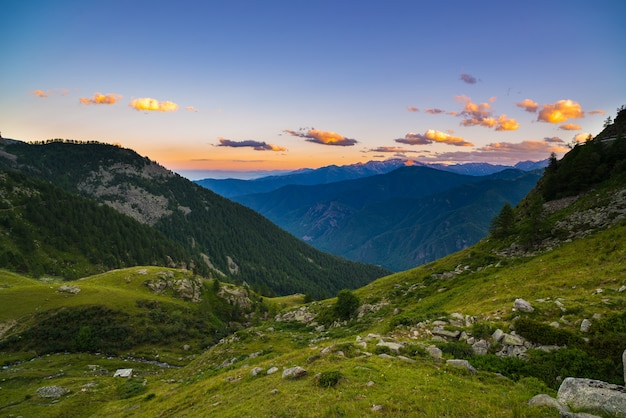 Красочный солнечный свет на величественных горных вершинах Premium Фотографии