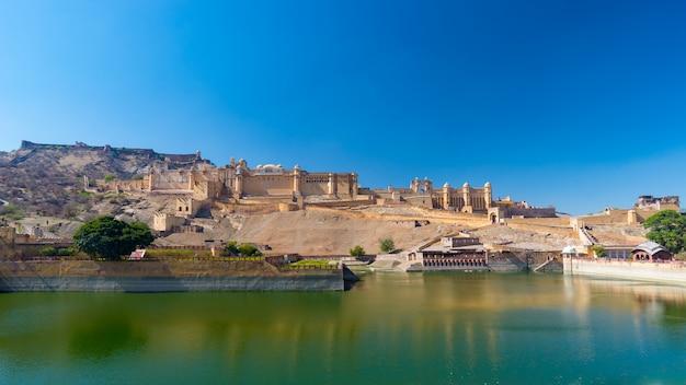 インド、ラジャスタン州ジャイプールの有名な旅行先、アンバーフォートの印象的な風景と街並み。 Premium写真