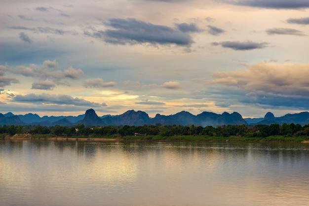 ナコンパノムから見た反対側のメコン川の川岸にあるラオスの素晴らしい風景。 Premium写真
