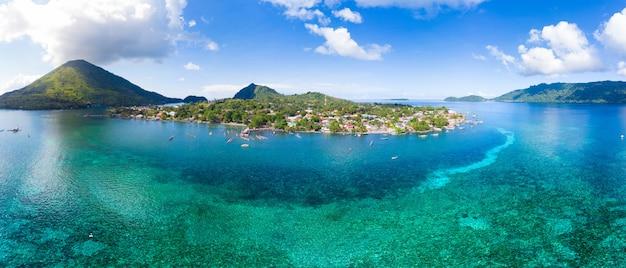 Вид с воздуха острова банда архипелага молуккские острова индонезия, пулау гунунг апи, лавовые потоки, пляж с белым песком кораллового рифа. лучшее туристическое направление, лучший дайвинг с маской и трубкой. Premium Фотографии