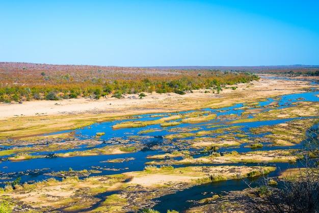 オリファント川、南アフリカのクルーガー国立公園の野生生物が生息する風光明媚でカラフルな風景。 Premium写真
