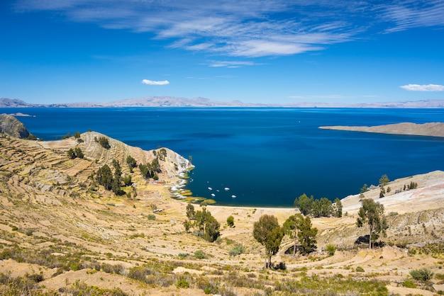 ボリビアのチチカカ湖、太陽の島からのパノラマ Premium写真