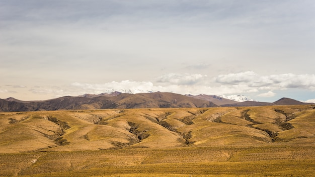 劇的な空と高地のアンデスの風景 Premium写真