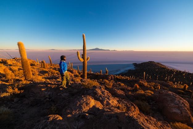 ボリビアのウユニ塩の日の出 Premium写真