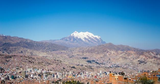 ボリビアのエルアルトからラパスの街並み Premium写真