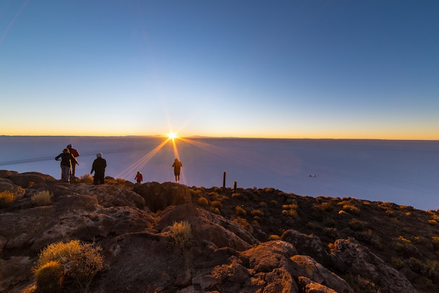 ボリビアのウユニ塩原に昇る太陽 Premium写真
