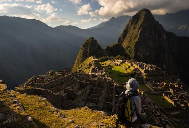 ペルーのマチュピチュでの最後の日光 Premium写真