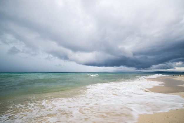 インドネシアの海岸線の熱帯嵐 Premium写真