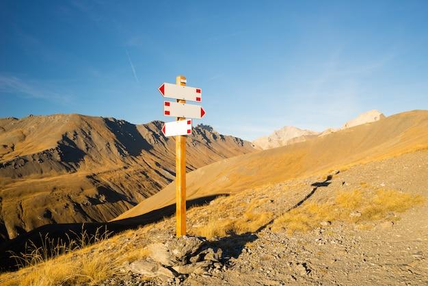 Гора указатели копировать пространство Premium Фотографии